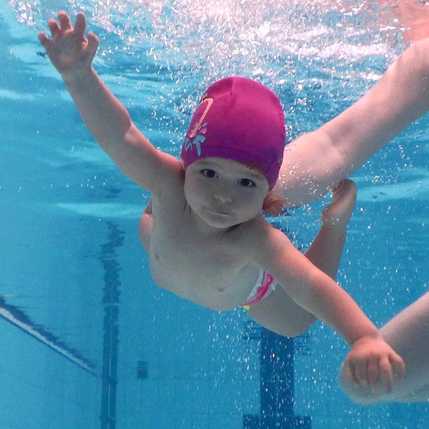 bebè in acqua piscina per neonati